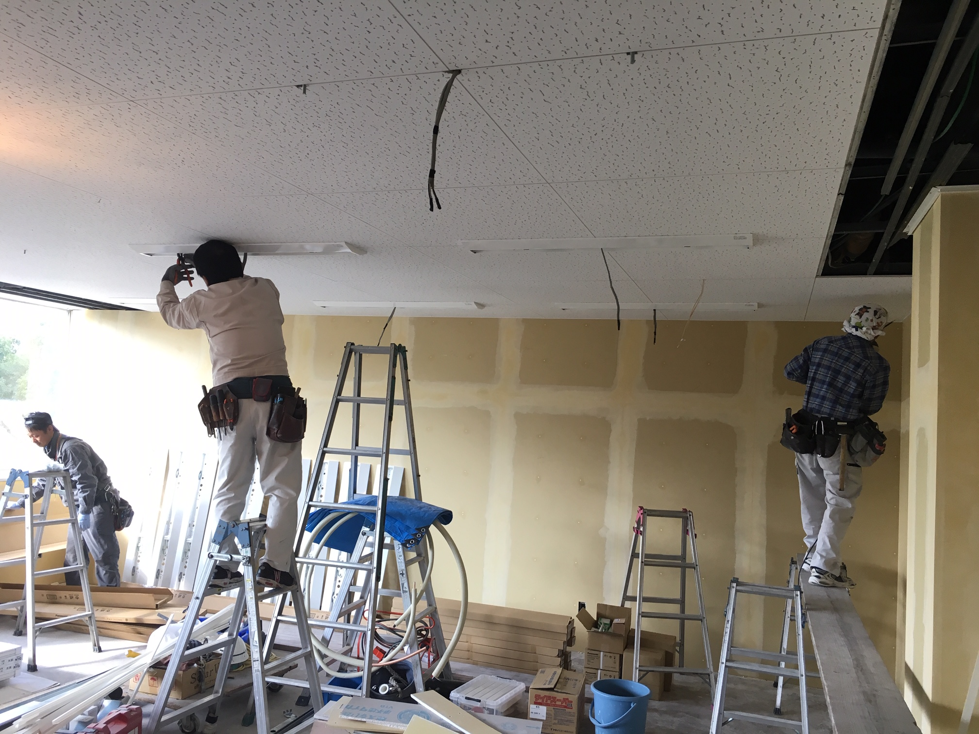 天井張り替え後、LED照明を設置