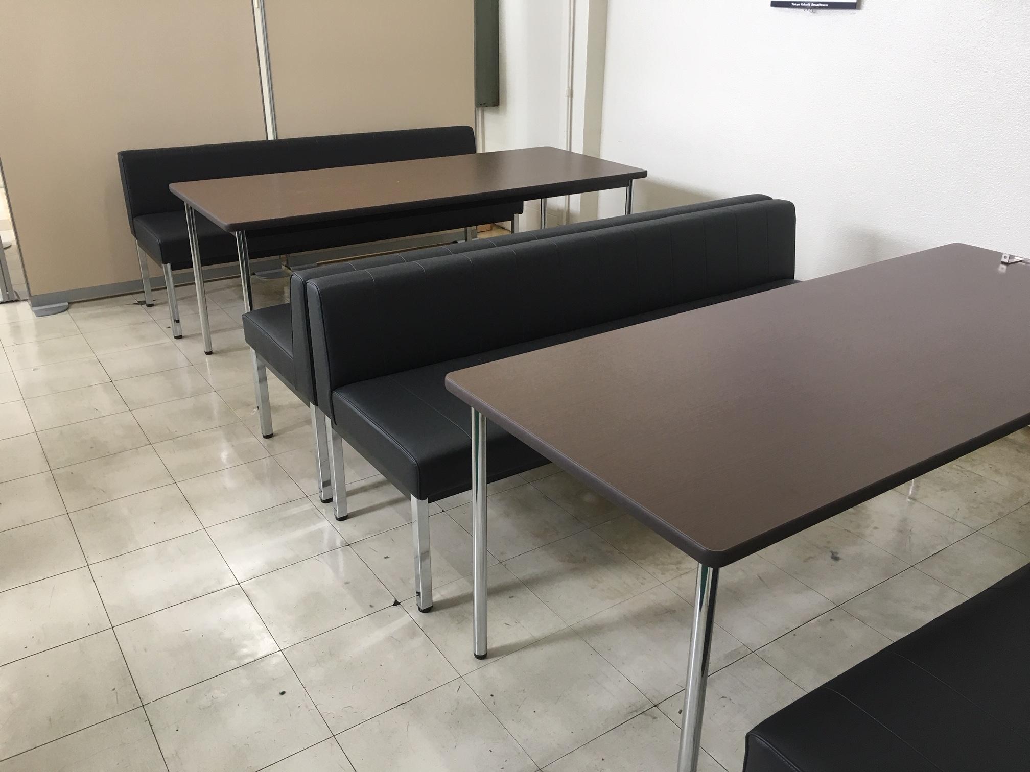 隣にはテーブルとソファも用意