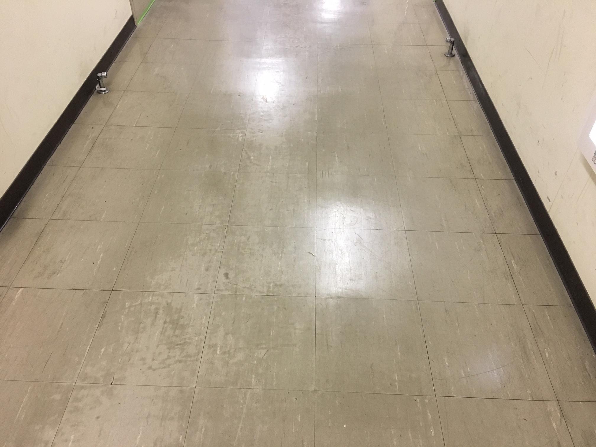 こちらはクリーニング前(美装工事)前の廊下
