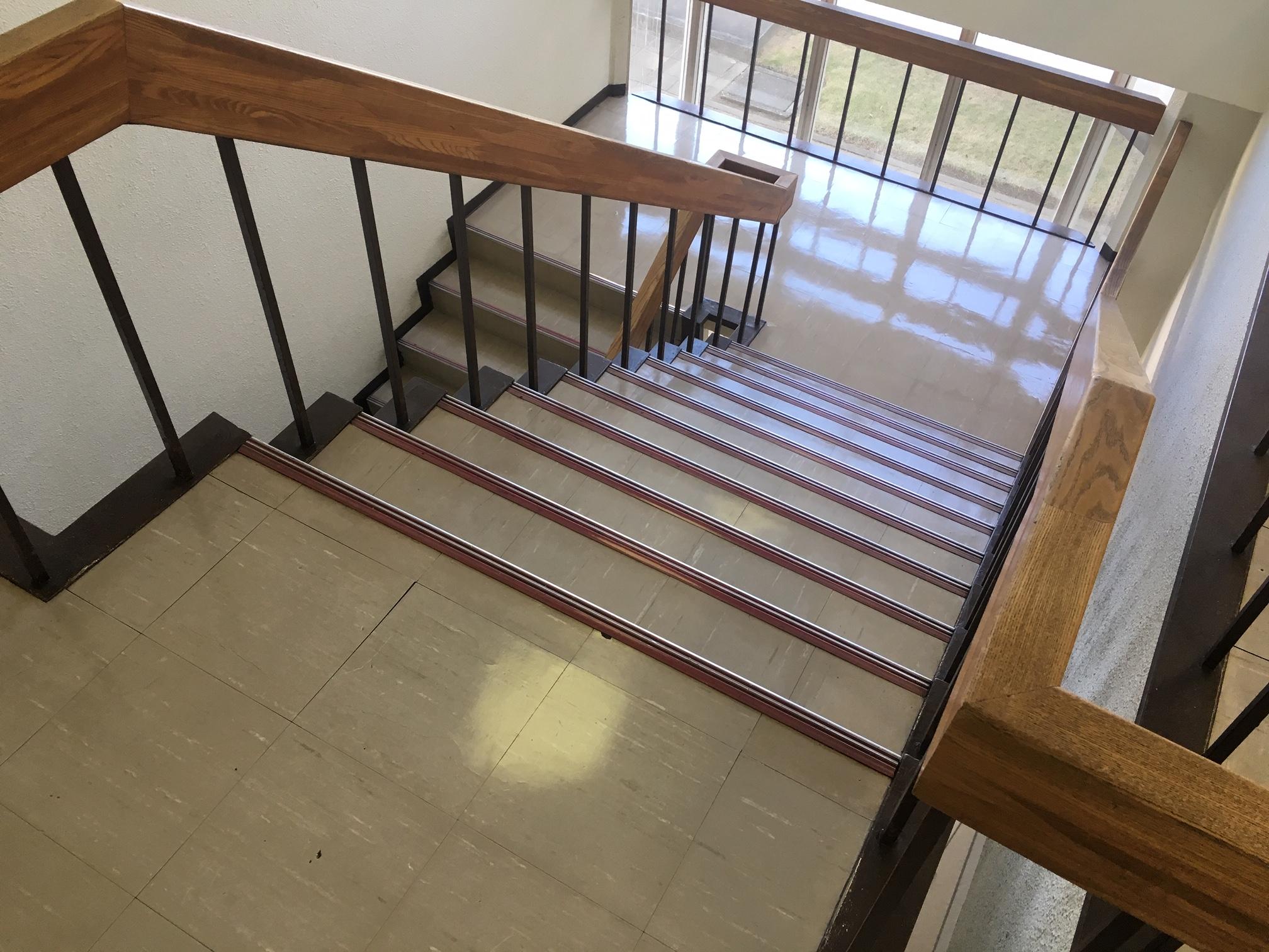 階段や踊り場も汚れが目立っていました