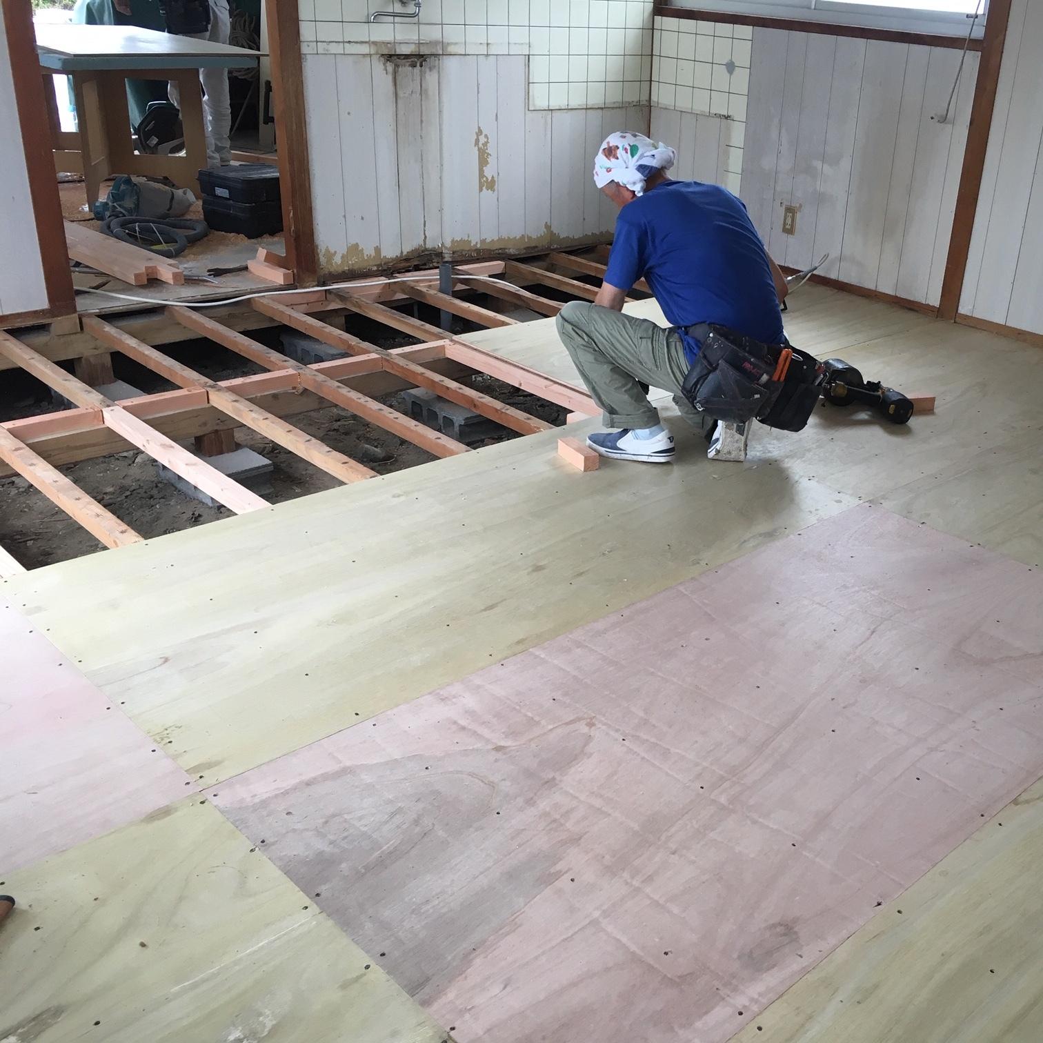 徳島・香川のオフィス内装工事|床改修工事(コンパネ貼り直し + タイルカーペット施工)