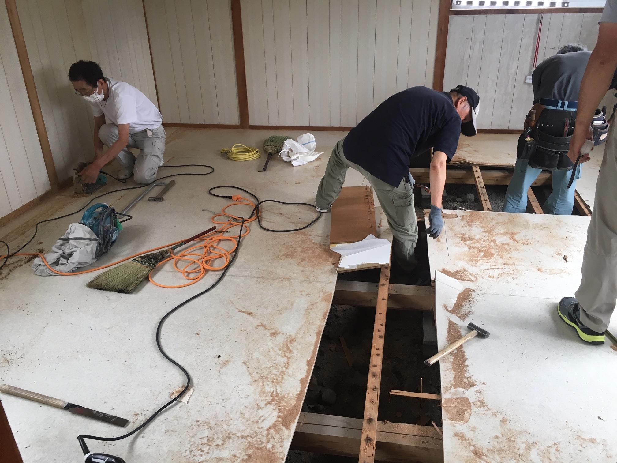 家具類を搬出してから既設の床を解体