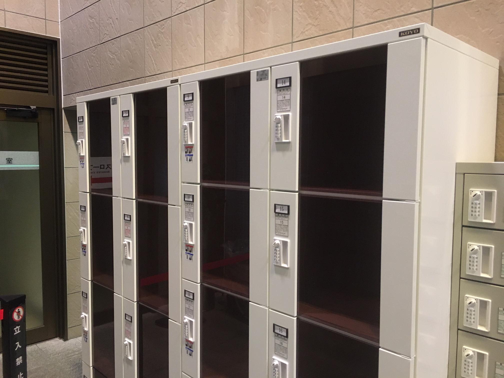 アクリル扉のロッカーは8人用と10人用の2種類