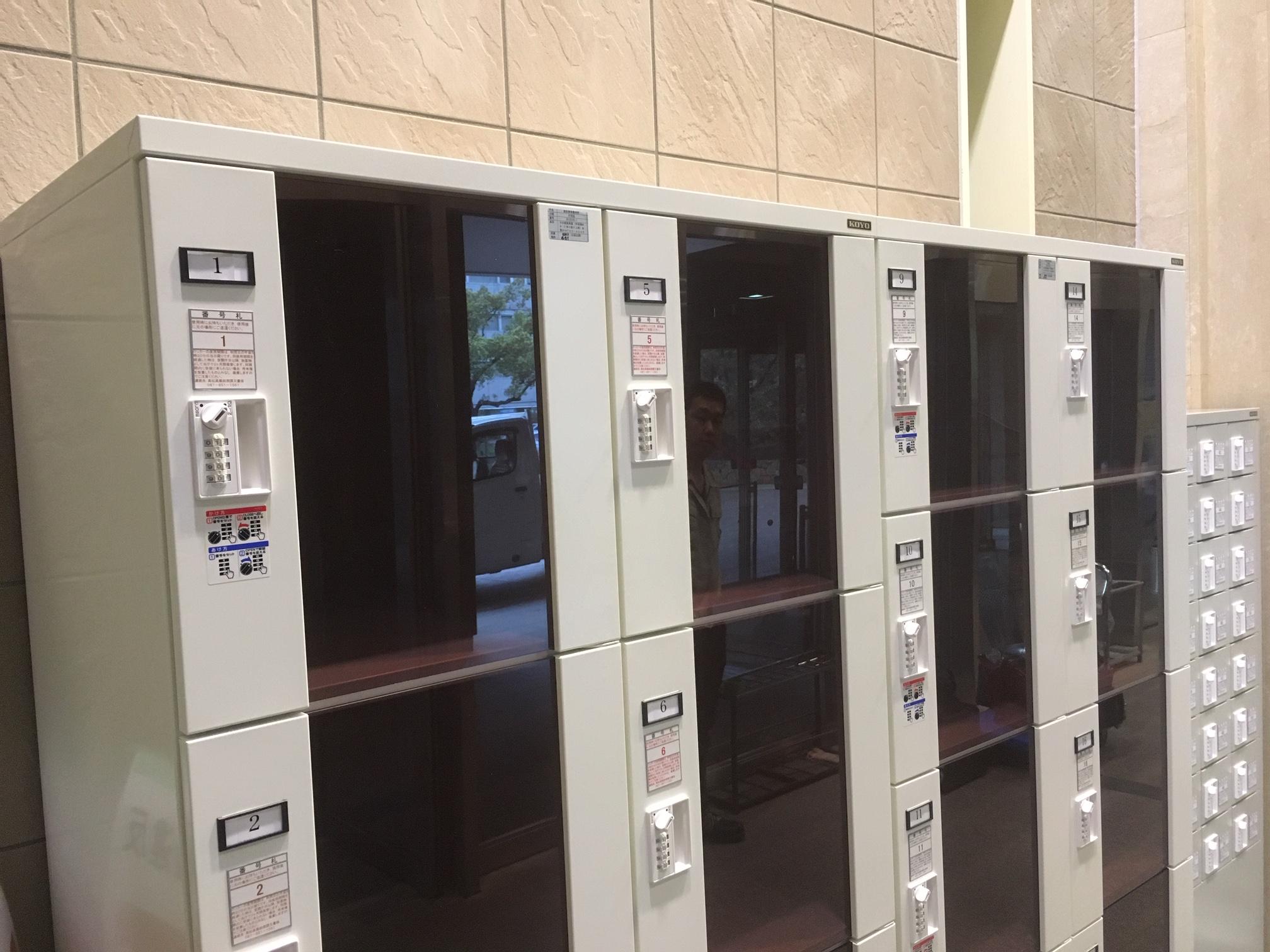 アクリル扉のロッカーは扉が半透明