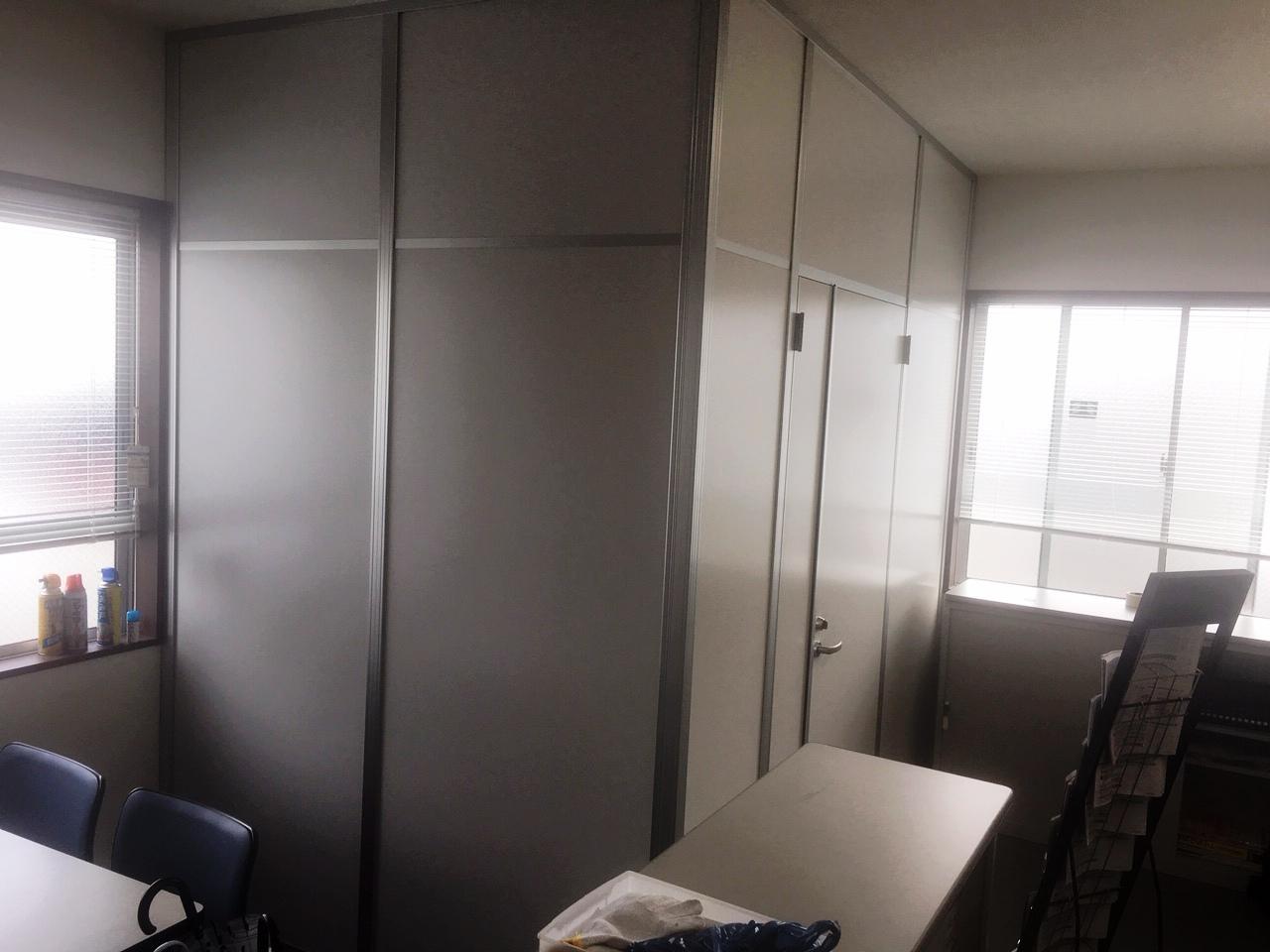 事務スペースと入口を仕切る空間が完成