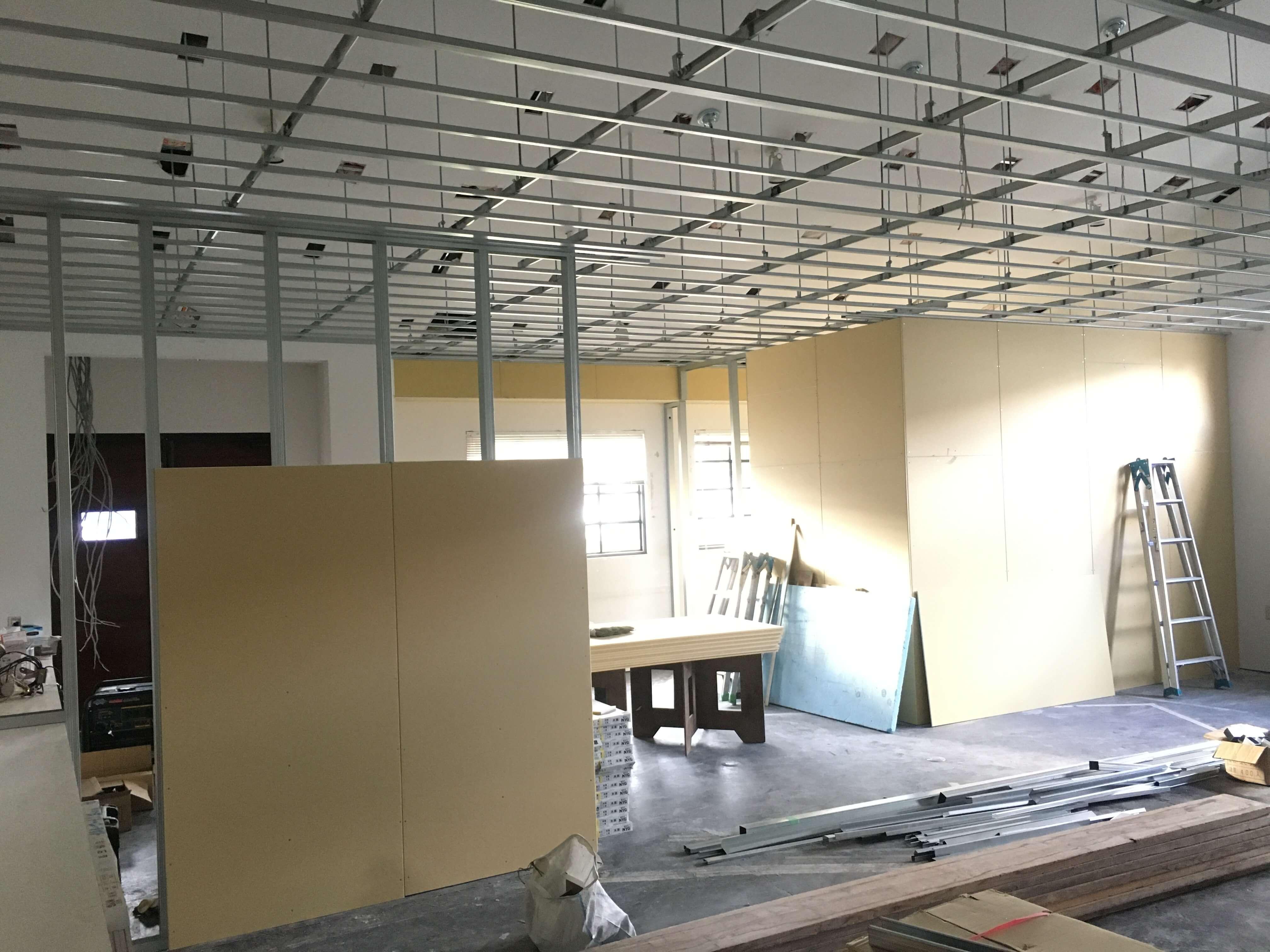 不要なものを撤去し、天井と壁を新設していきます