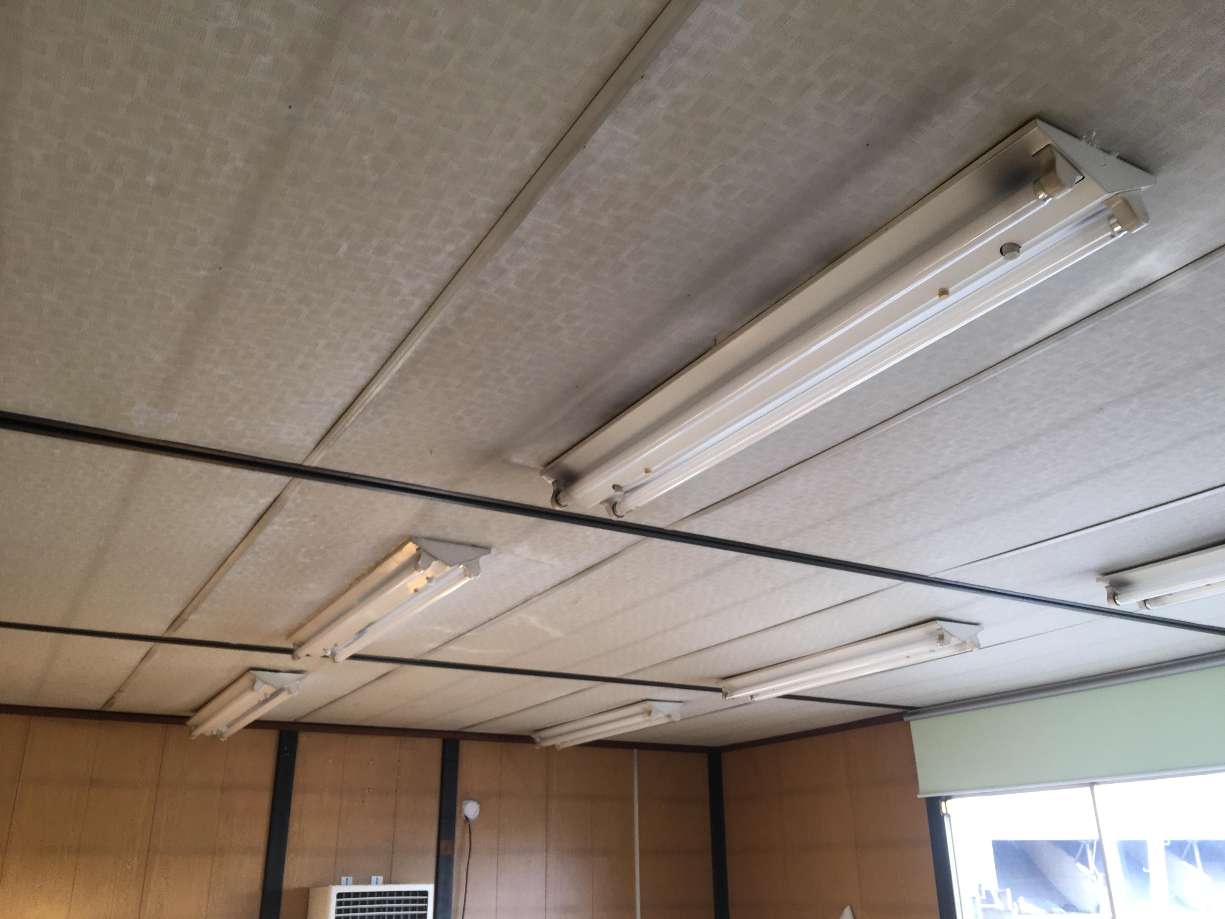 天井下地がないため、照明器具が垂れ下がってきています