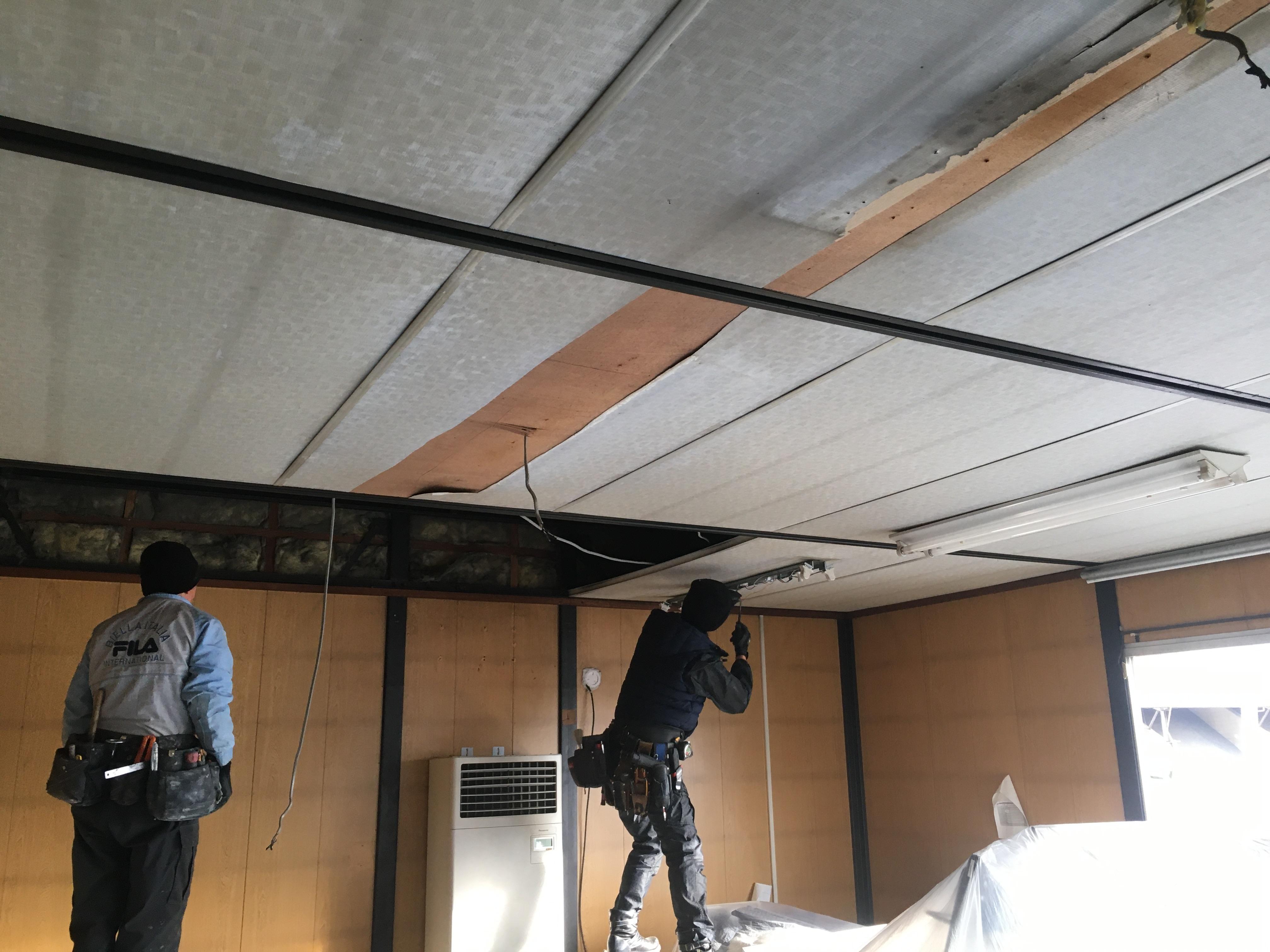 照明器具の取外し、既設天井を落としていきます
