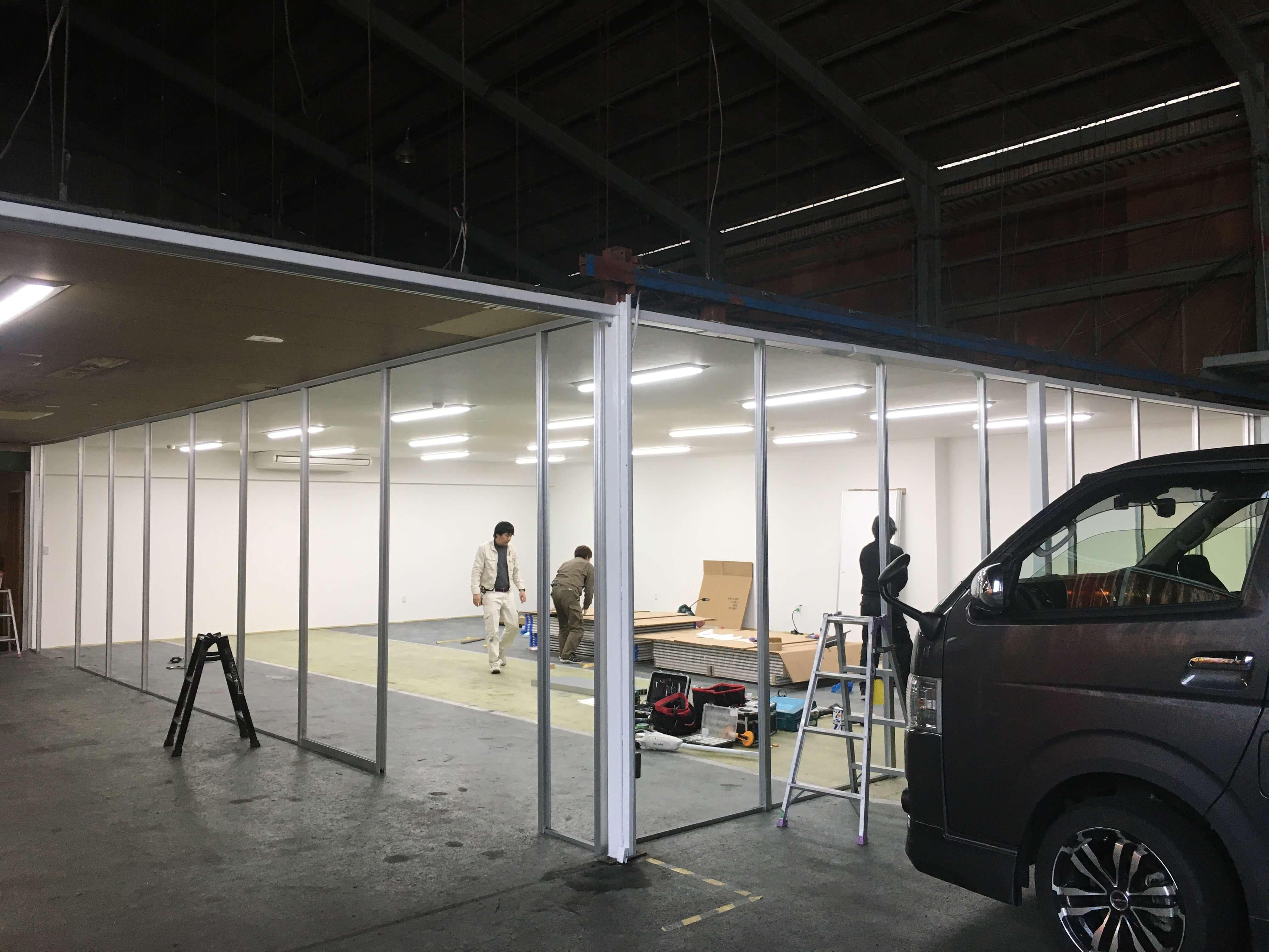 新しく作業スペースをつくるため、アルミパーテーションを新設