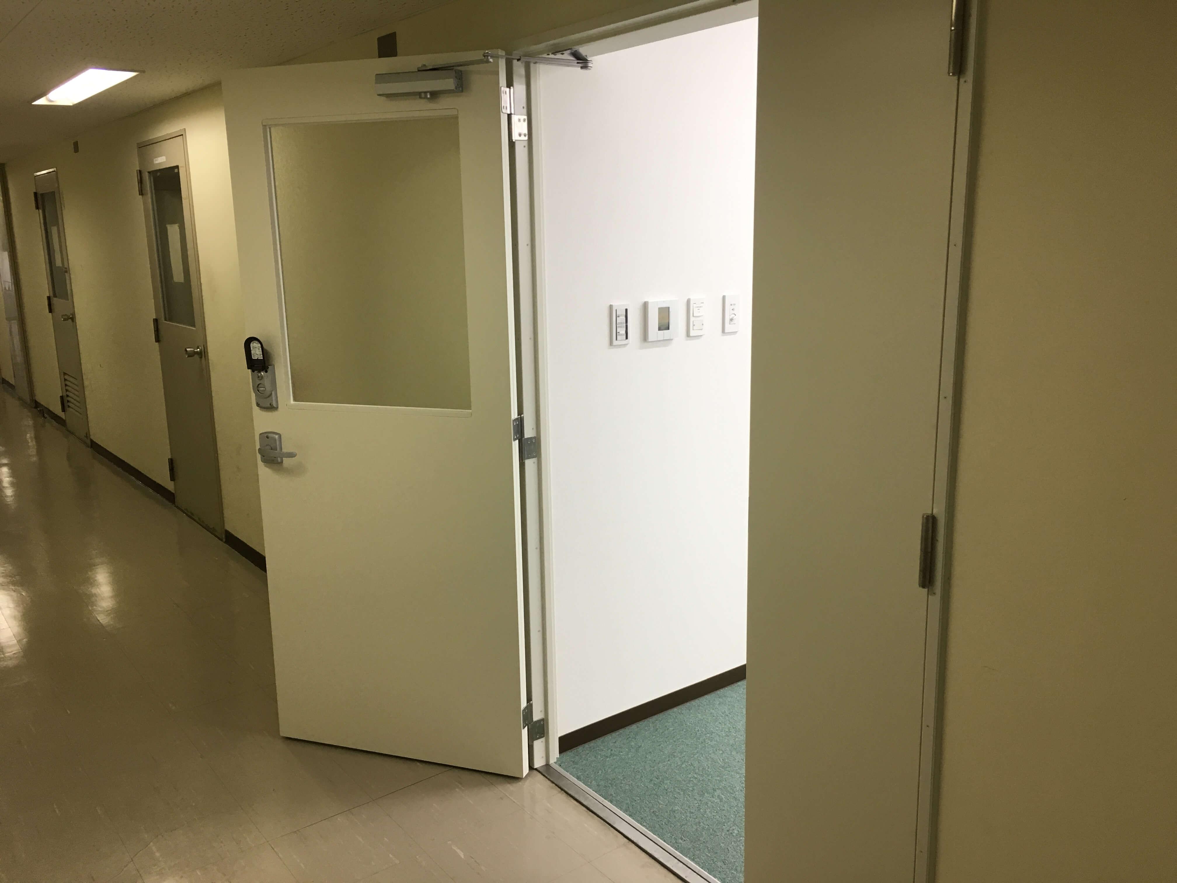 事務室の入口なので、スリガラスを採用しています