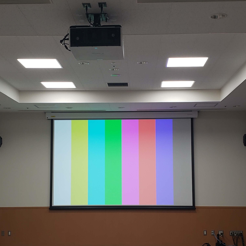 徳島・香川のオフィス内装工事|会議室 改修工事(電動スクリーン + プロジェクター設置工事)