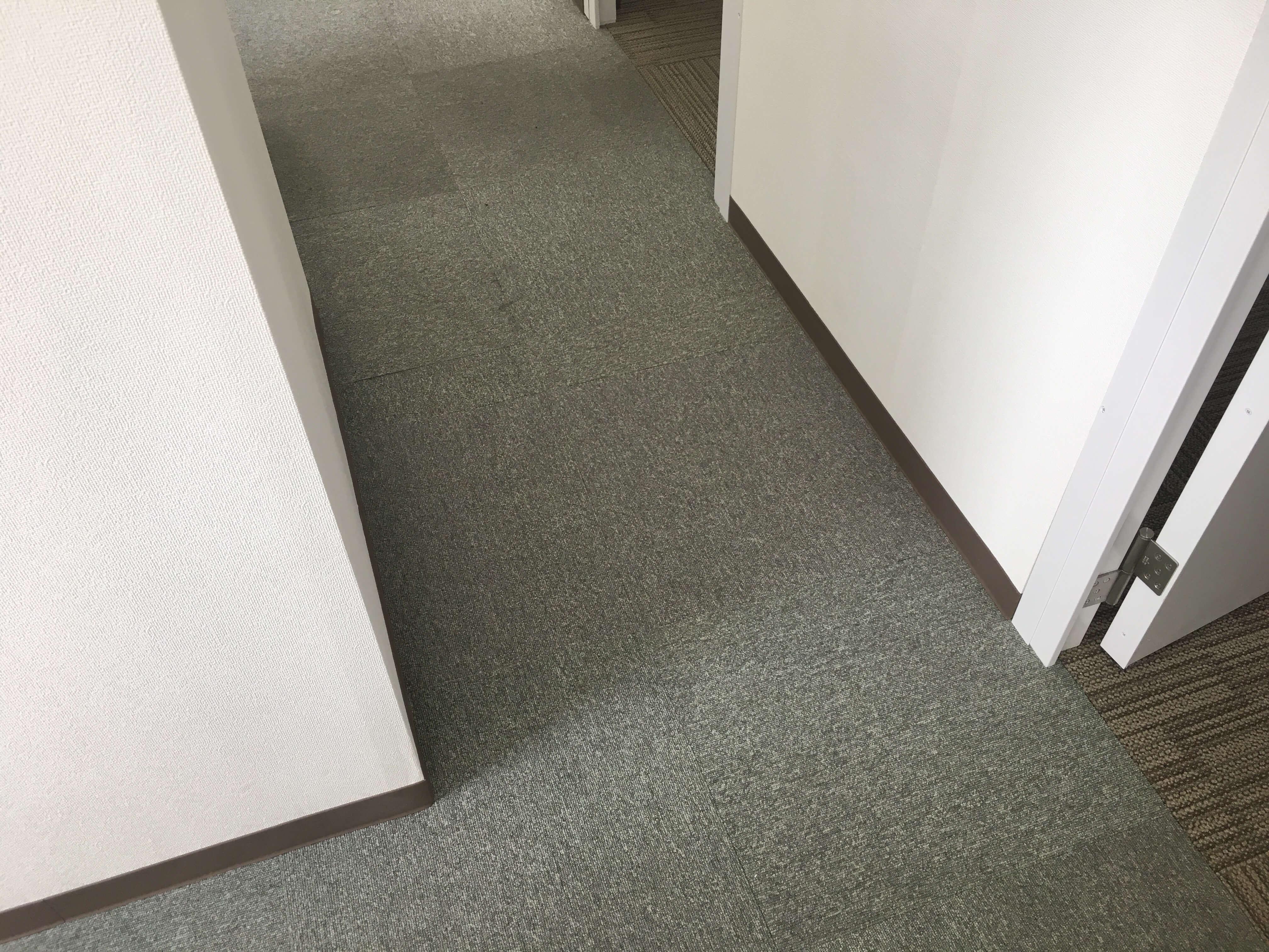 床(OAフロア+タイルカーペット)、巾木も施工