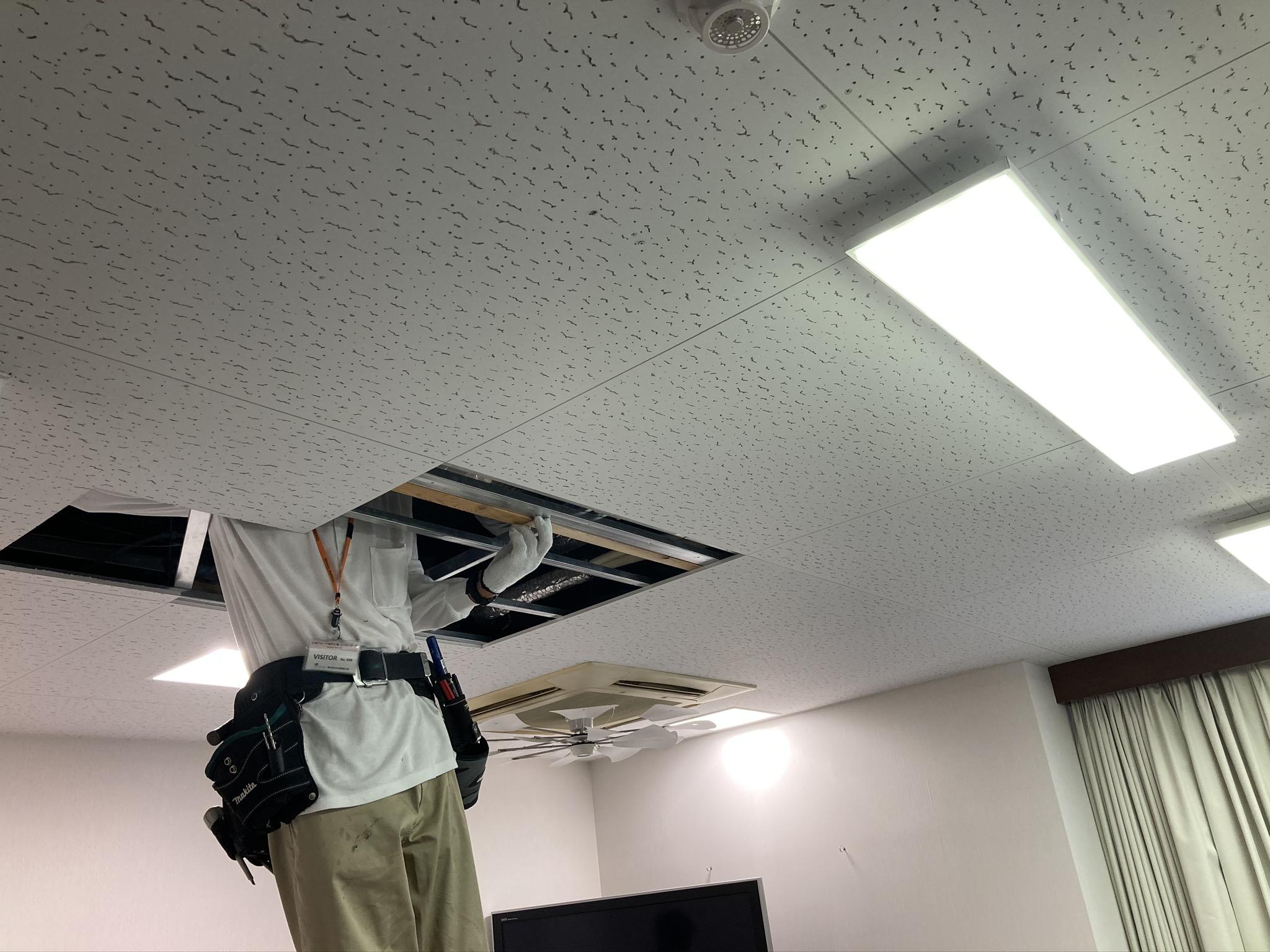 カーテンレール取付位置に天井裏から下地補強