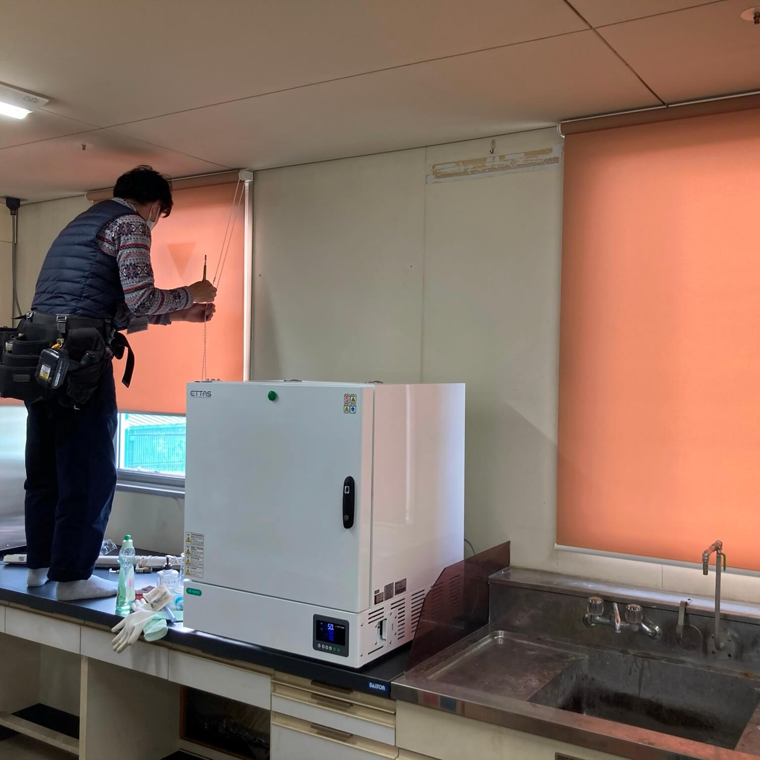 徳島・香川のオフィス内装工事|ロールスクリーン(ロールカーテン)取付工事(ブラインドからの取替工事)