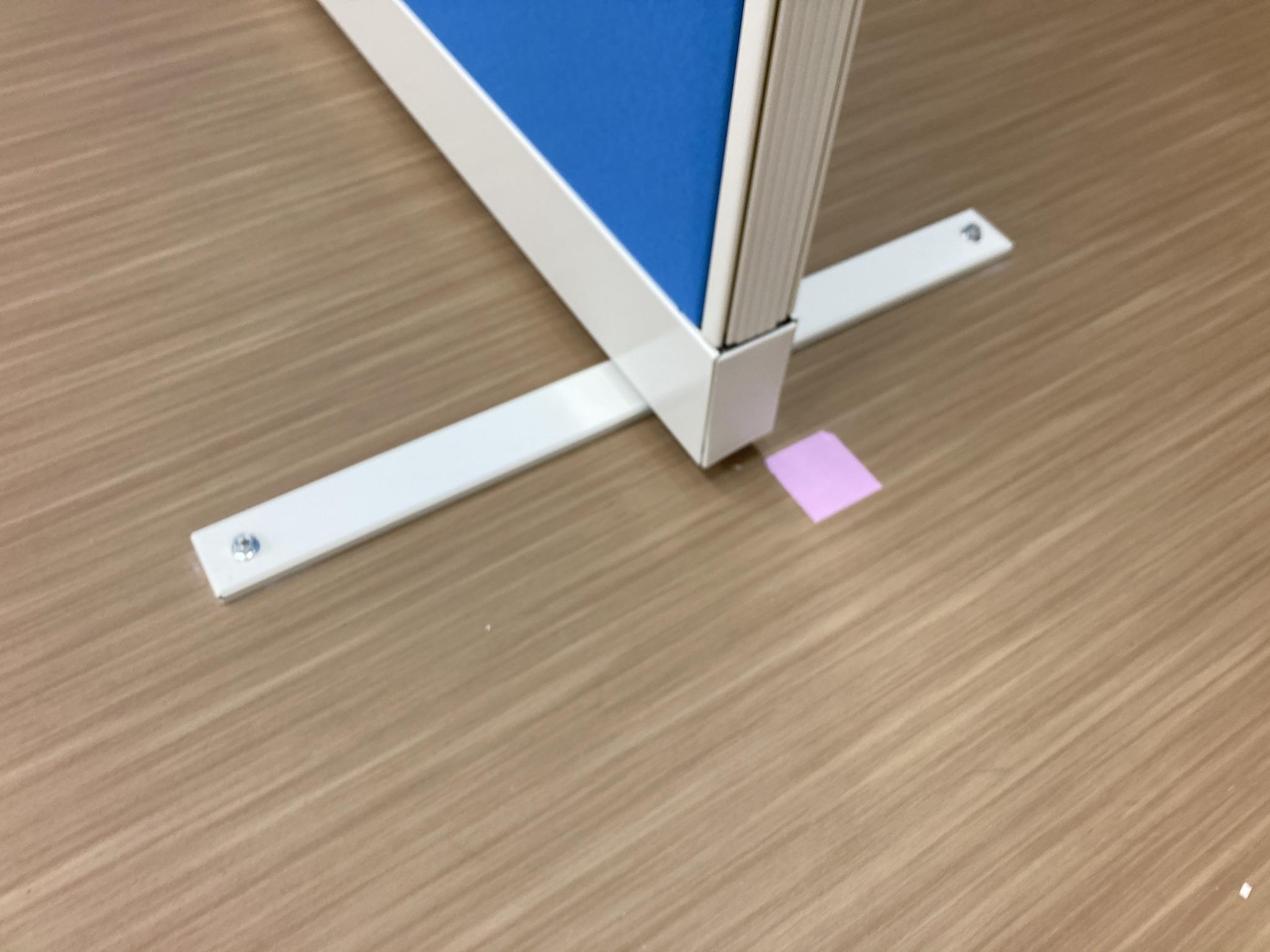 床とパーテーションをアンカーで固定